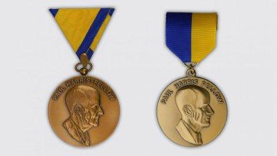 La prima medaglia Paul Harris Fellow (a sinistra) e una versione posteriore